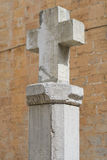 vatten för sten för kloster s för man för springbrunn för öppningskorsflöden sakralt Arkivfoto