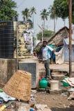 Vatten för tamilmanpunps ut ur svart behållare i Dindigul royaltyfri fotografi
