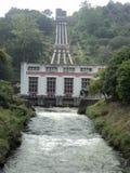 Vatten förvärvade rörledningen till floden royaltyfri bild