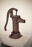 vatten för tappning för handpump Arkivbild