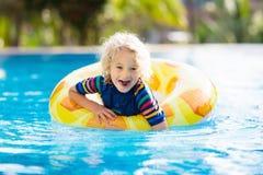 vatten f?r simning f?r barnp?lsport Sommarsemester med ungar arkivfoton