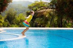 vatten f?r simning f?r barnp?lsport Sommarsemester med ungar fotografering för bildbyråer