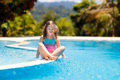 vatten f?r simning f?r barnp?lsport Sommarsemester med ungar arkivbilder