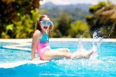 vatten f?r simning f?r barnp?lsport Sommarsemester med ungar royaltyfri foto