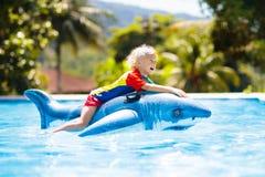 vatten f?r simning f?r barnp?lsport Unge p? den uppbl?sbara fl?tet royaltyfria bilder