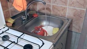 Vatten flödar från klappet i vask stock video