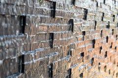 Vatten flödar längs granitväggen Royaltyfri Fotografi