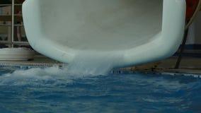 Vatten flödar ut ur röret i vatten parkerar vattenglidbanor i nöjesfält 4K