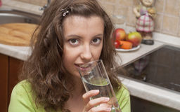 vatten för 2 drinkflickapoor Arkivfoto