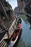vatten för kanalgondolerio venezia Arkivbilder