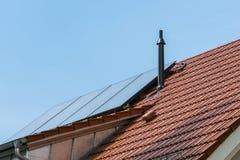 Vatten Heater Blue Sky Su för keramiska tegelplattor för tyskt hus orange sol- Royaltyfria Bilder