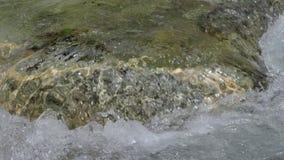 Vatten i en bergflod i ultrarapidvideo lager videofilmer