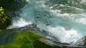 Vatten i en snabb bergström lager videofilmer