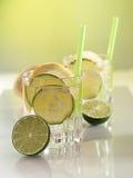 Vatten i exponeringsglaset med iskuber Arkivfoto
