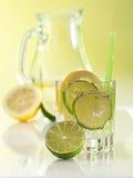 Vatten i exponeringsglaset med iskuber Arkivfoton