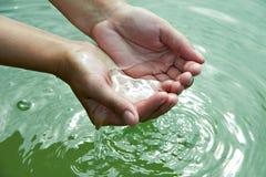 Vatten i händer Royaltyfria Foton