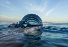 Vatten i havet med abstrakt begrepp för Glass boll Arkivfoto
