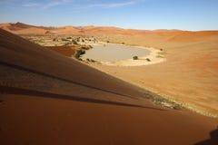 Vatten i Sossusvlei som uppifrån ses av dyn Royaltyfria Bilder