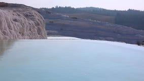 Vatten i tips och travertinebildande i Pamukkale, Turkiet arkivfilmer