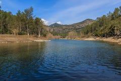 Vatten, jord och himmel: det bästa i ett berglandskap Arkivbild