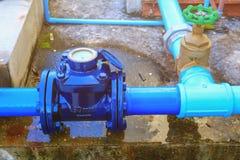Vatten mäter rörmokeri som det gemensamma stålklappet har upp reparationsrörslut arkivfoto
