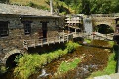 Vatten maler flyttat av styrkan av en härlig vattenfall i Taramundi, Asturias, Spanien Arkitektur historia, lopp arkivfoto