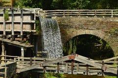 Vatten maler flyttat av styrkan av en härlig vattenfall i Taramundi, Asturias, Spanien Arkitektur historia, lopp royaltyfri fotografi