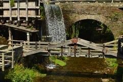 Vatten maler flyttat av styrkan av en härlig vattenfall i Taramundi, Asturias, Spanien Arkitektur historia, lopp arkivbild