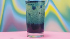 Vatten med brustabletten stock video