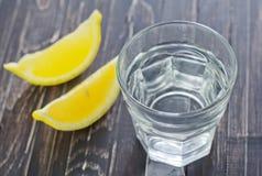 Vatten med citronen royaltyfri bild