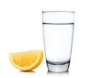 Vatten med citronen på vit bakgrund Arkivfoto