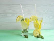 vatten med friskhet för sommar för citron- och mintkaramellfrukt organisk på ett trä arkivbilder