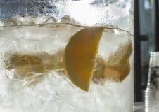 Vatten med skivade citroner Arkivfoto