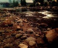 Vatten med stenar Fotografering för Bildbyråer