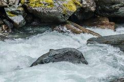 vatten med vaggar i strömmen Arkivfoton
