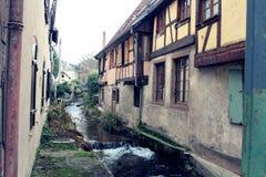 Vatten mellan colombagehus i Alsace royaltyfri fotografi
