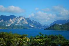Vatten och berg Royaltyfri Bild