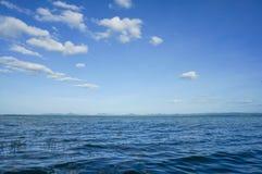 Vatten och blå sky Royaltyfria Bilder
