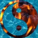 Vatten och flammor i en Yin och en Yang Royaltyfri Bild