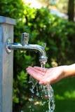 Vatten och hand royaltyfria foton