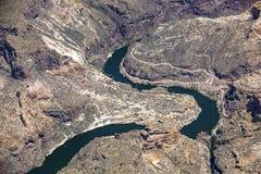 Vatten och kanjoner precis nedanför hästen Mesa Dam Royaltyfri Bild