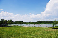 Vatten och kulle Royaltyfria Bilder