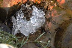 Vatten, is och ljus Arkivbild