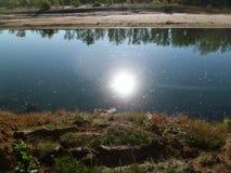 Vatten och naturen, tystnad och begrundande hjälper att finna fred av meningen royaltyfria bilder