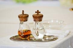 Vatten och vin på altaret som är klart för mass arkivbild