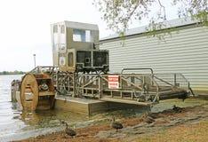 Vatten- ogrässkördearbetare, liksom denna på sjön Wendouree i Ballarat, tar mekaniskt bort waterweeds från sjöar och vattenvägar royaltyfri foto
