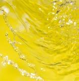 Vatten på en gul bakgrund Arkivbilder