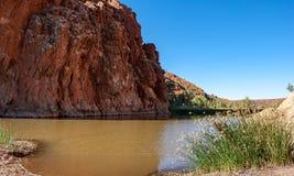 Vatten på grunden av Glen Helen Gorge Royaltyfri Fotografi