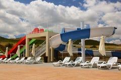 Vatten parkerar glidbanan och simbassängen i en lyxig semesterort i Donaudelta Arkivfoto