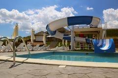 Vatten parkerar glidbanan och simbassängen i en lyxig semesterort i Donaudelta Royaltyfri Bild